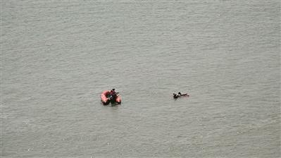 """<b>水上机器人救起""""落水者"""" 佛山举行水上交通应急救援演习</b>"""