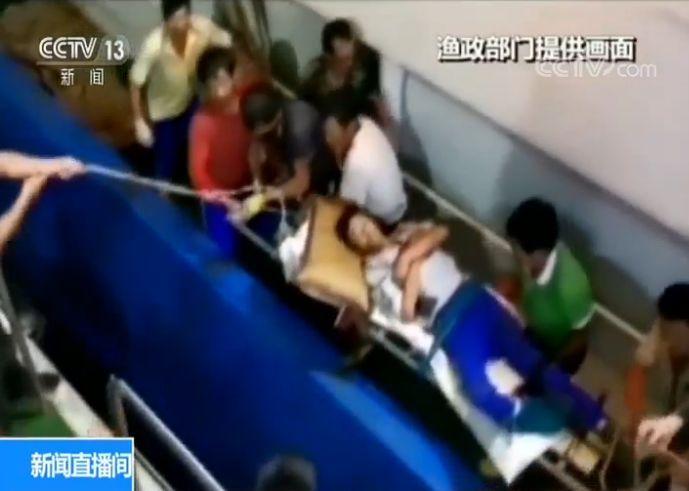 江苏启东61岁渔民海上受伤 渔政船及时成功救援