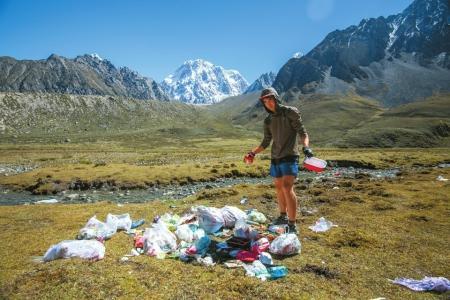 摩杰平台:美国小伙贡嘎山下越野跑捡垃圾 呼吁大家爱护环境