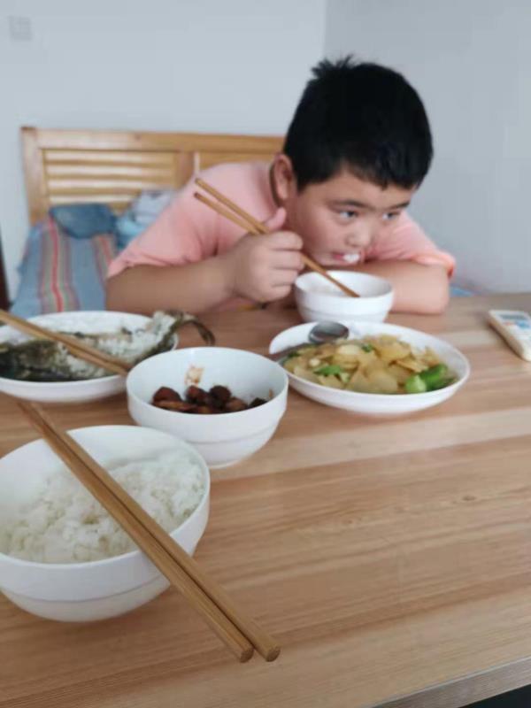 """""""增肥救父""""10岁男孩:一年都不要再吃红烧肉了"""