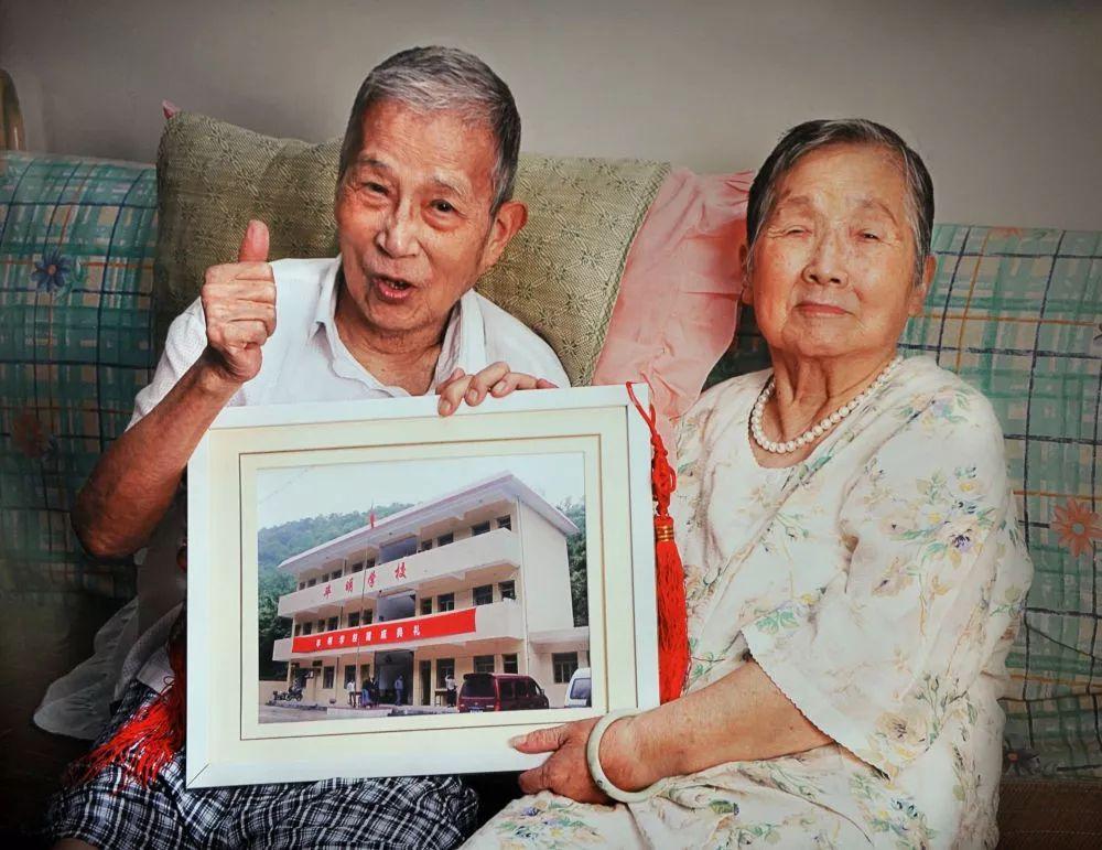 上海一对老夫妻裸捐两套房和百万现金,为了啥?