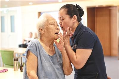 95后养老专业毕业生入职养老院 教老人用微信、抖音