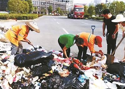 女子遗落价值3万多元婚戒 环卫工翻8吨垃圾找回