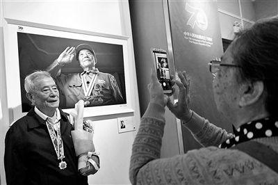 """""""老战士肖像摄影展""""在北京开展 展出47幅老战士肖像"""