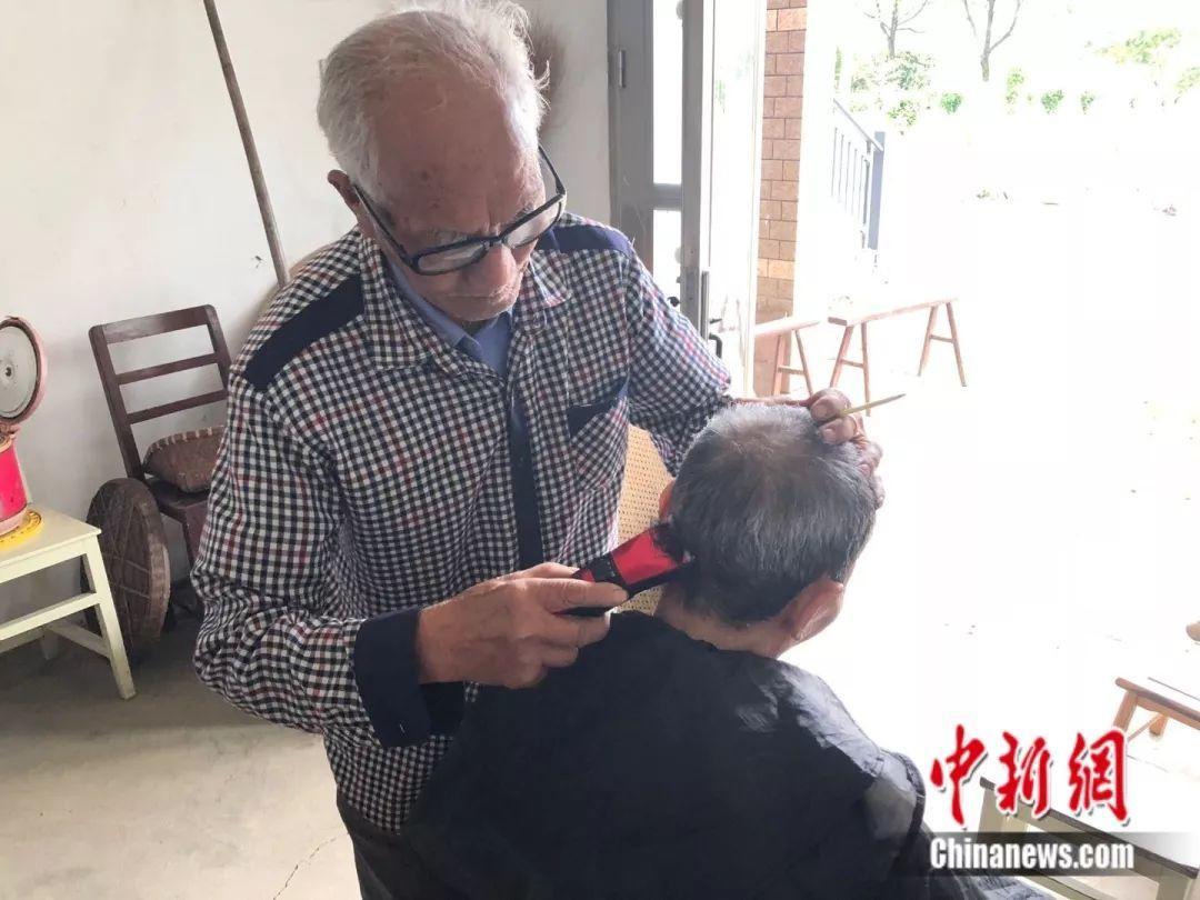 """他为村民解决""""头等大事""""70年 93岁没想过退休(图)"""