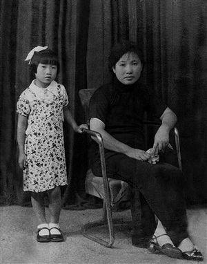年少屠呦呦与母亲