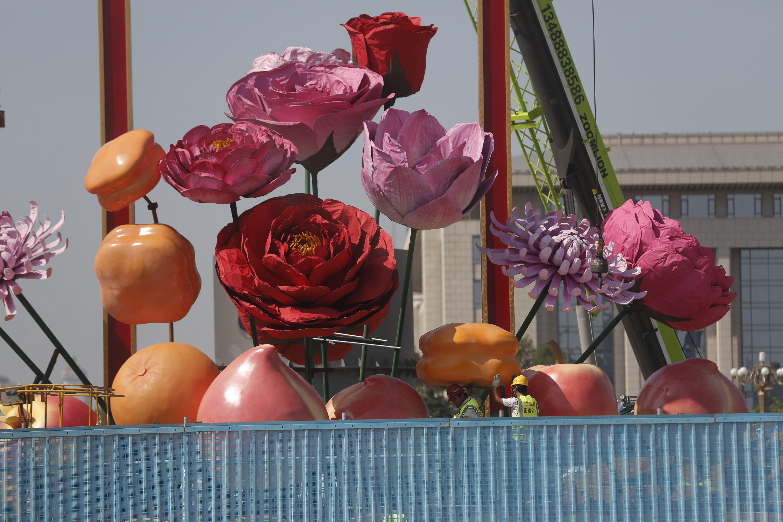 天安门广场国庆巨型花篮开始插花布置 今年有花还有果