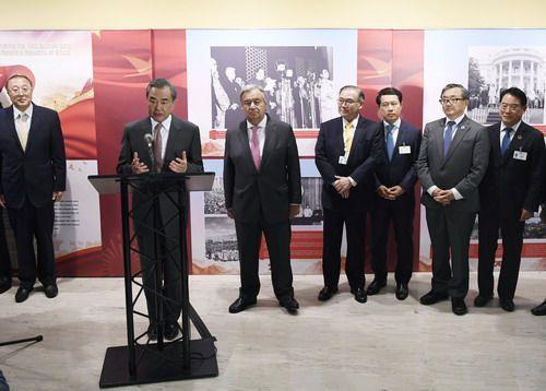 王毅出席中华人民共★和国成立70周年成就图片展开幕式