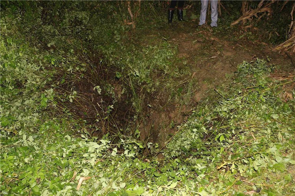 云南昭通一中学生被困40米洞穴 消防7小时成功救援