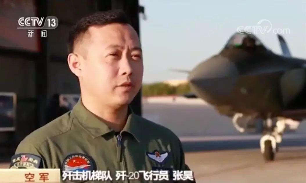 """国庆阅兵""""空中三剑客""""同框首秀揭秘,原来不是飞到一起就可"""