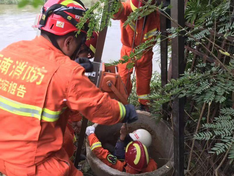 云南一缅甸籍务工男子坠入8米深井 消防人员解救