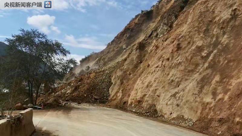 甘肃陇南:国道发生山体滑坡 现场已交通管制