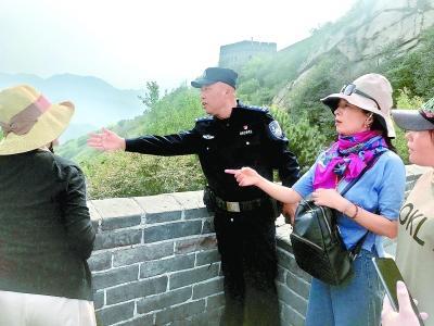 """八达岭长城""""限流""""来首个长假民警每日两万步维护秩序"""