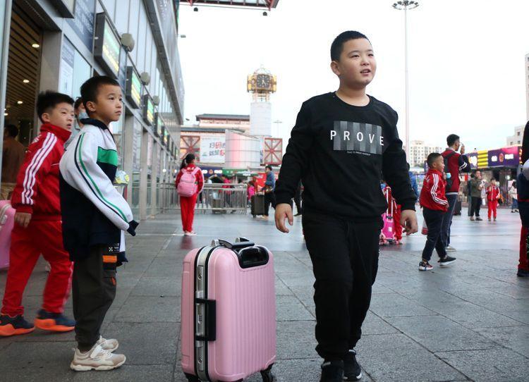 """河南""""增肥救父""""男孩离京返乡上学 已减重4斤(图)"""