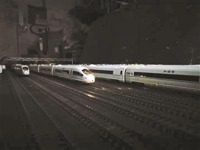 六旬老人耗时两年半打造高铁模型 可控制发车加速
