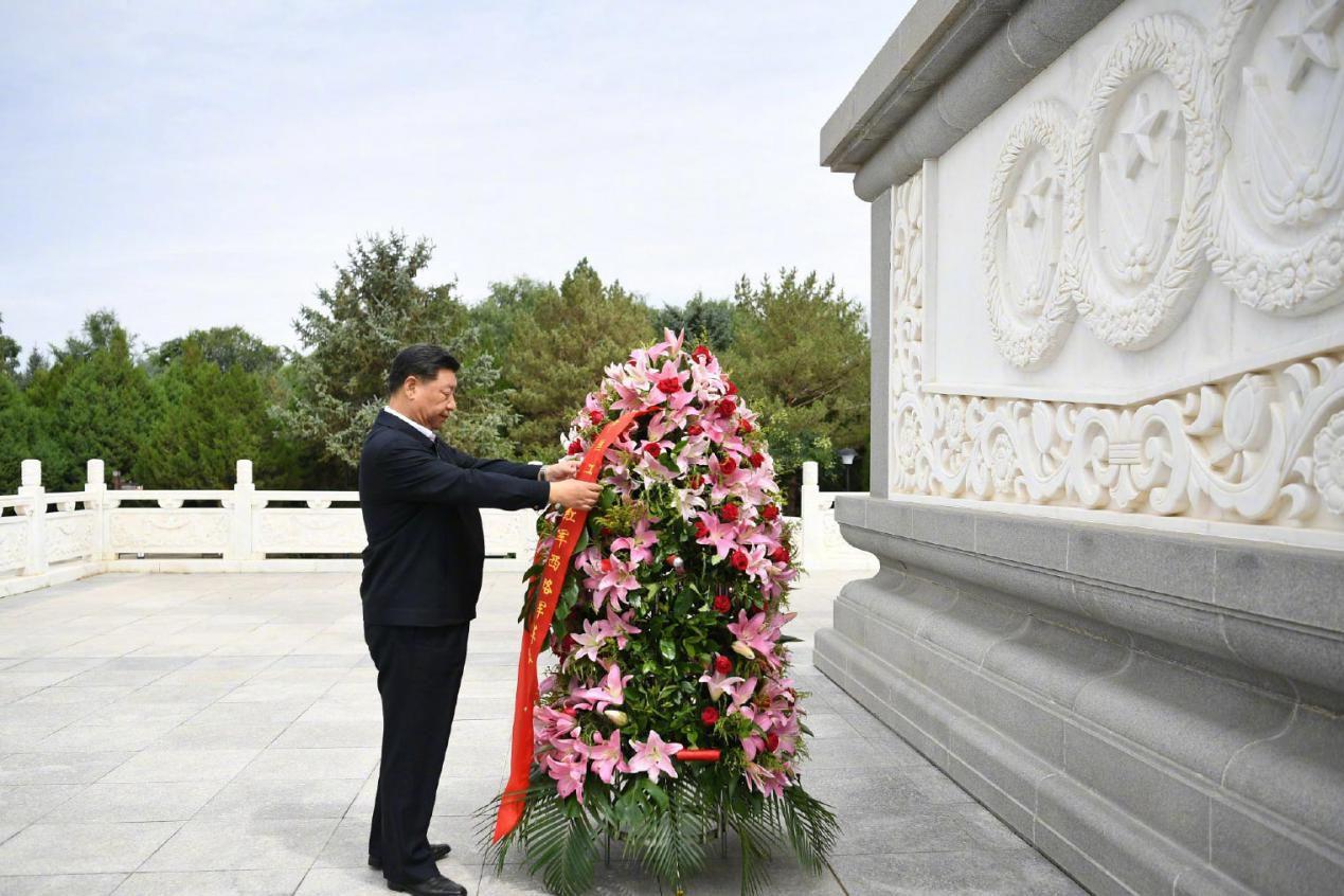 2019年8月20日,习远仄离开苦肃省张掖市下台县,敬仰中国工农赤军西路军留念碑,背反动先烈敬献花篮。