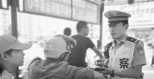 """交警""""令狐冲""""和车水马龙打15年交道 业余喜欢写武侠小说"""