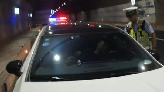 胆子太大!小车驾驶员在高速隧道内违停睡觉