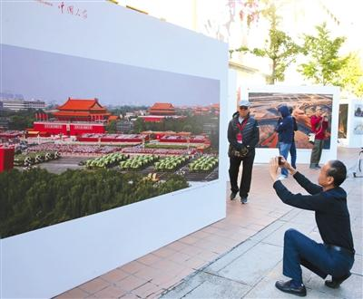 <b>15次国庆阅兵照片在王府井大街展出 展览将持续至22日</b>