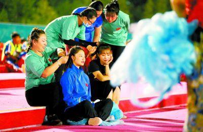 """国庆联欢表演台上""""阿姨姐姐"""":在排练基地结忘年之谊"""