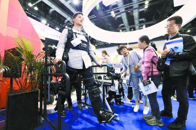 """高科技助力残疾人康复 """"机械衣""""帮下肢残疾人群站起来"""