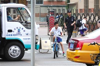 北京西城安德路学校门口无信号灯 学生车辆混行存隐患