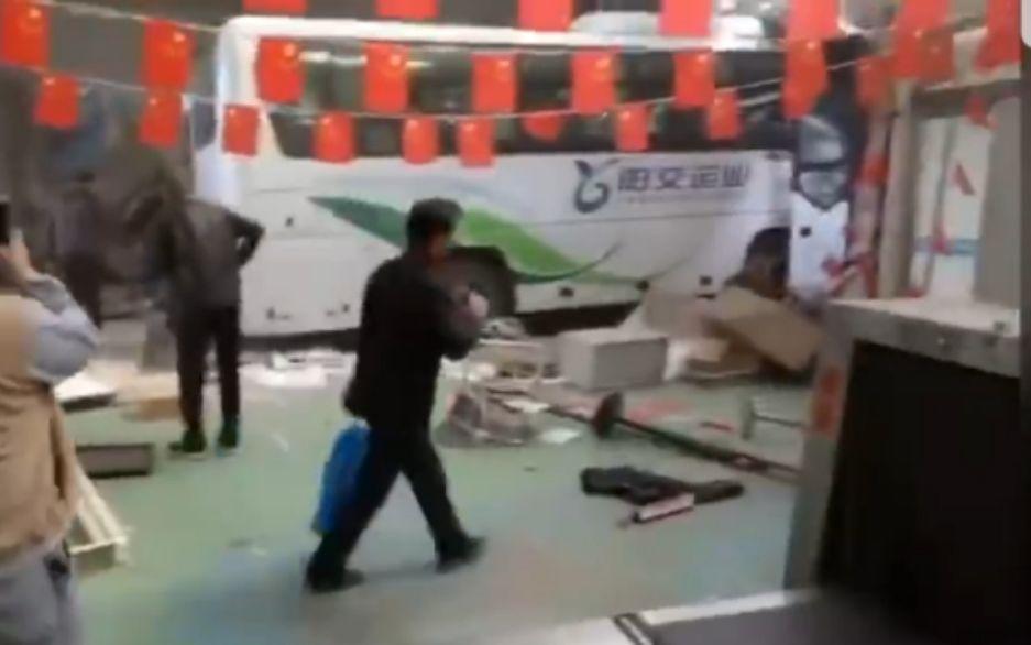 山西大同一大巴車失控沖進客運站候車室 致2死1傷