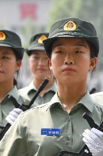 因阅兵任务推迟入伍,这名受阅女民兵正式加入海军