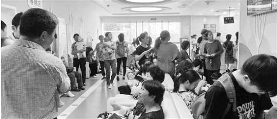 杭州流感疫苗抢手 有人早上4点开始排队