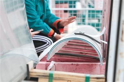 """国家速滑馆初亮相 3360块玻璃拼出""""冰丝带""""曲面幕墙"""
