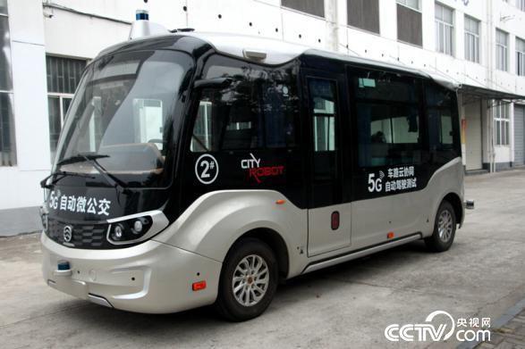 """乌镇在城市公开道路试点示范""""5G自动微公交""""(王甲铸 摄)"""