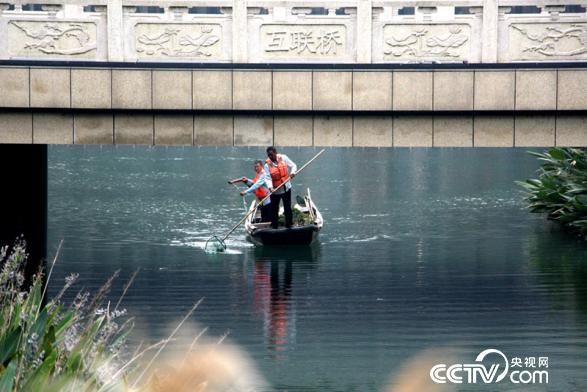 做事人员正在清算河面(王甲铸 摄)