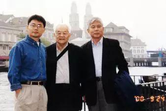 2000年吴文俊与高小山(左一)、石赫(右一)在瑞士苏黎世访问