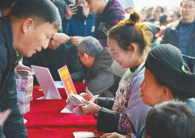 """海外网评:应对减贫这个世界难题,中国贡献""""史无前例"""""""