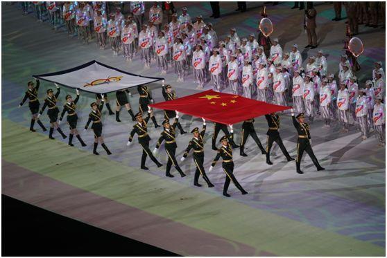 △中华人民共和国国旗、国际军事体育理事会会旗入场。柳军摄