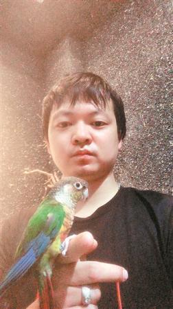 广州小伙训练鹦鹉垃圾分类 网友称赞聪明、神奇