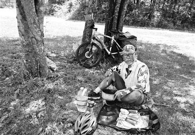 河南一72岁老人骑行4个月横穿北美 足迹踏遍四大洲25国