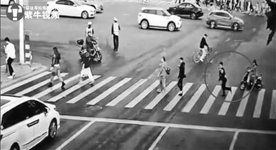 上海重大车祸惊险一幕:小伙猛跑几步躲过肇事车辆