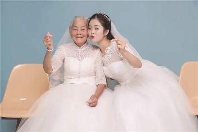 暖心!24岁女孩被多次催婚 带94岁外婆一起拍婚纱照