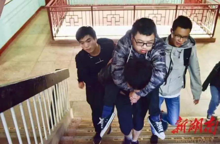 湖南科技学院:30名男生轮流背残
