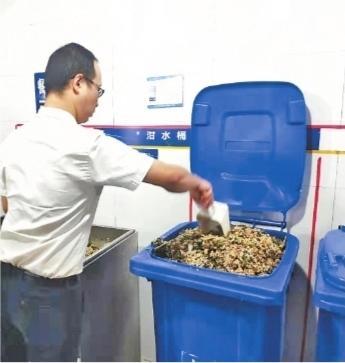餐厨垃圾自动分离神器启用 吃进残羹剩菜吐出油