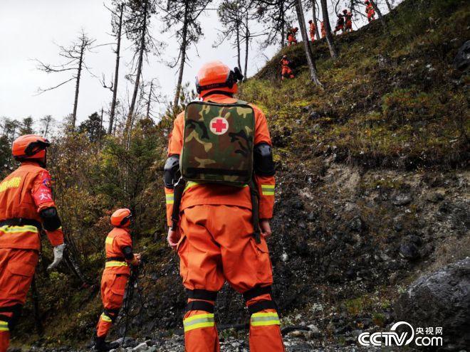 """玉龙森林消防大队在无人区进行""""山岳救援""""演练。(何川 摄)"""