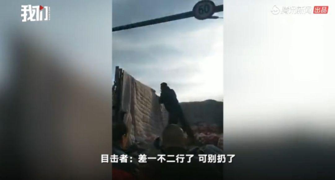 <b>哈尔滨一城管怒摔商贩3袋苹果 官方称已处理相关人员</b>