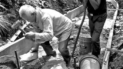 石料从15公里外的河岸上搬捡 桐庐76岁老人重修古道