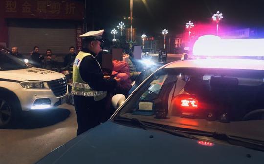 大熊猫抽血体检男子无证且酒驾报废车辆被查 交警自费打车助其回家