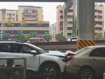 男子连撞6辆车头部受伤 路人合力破窗将他救出