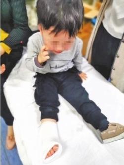 在手扶电梯跑上跑下被卡住  2岁