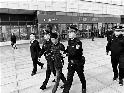 """""""老赖""""被堵火车站 被执行人:没想乘普通列车也被发现"""