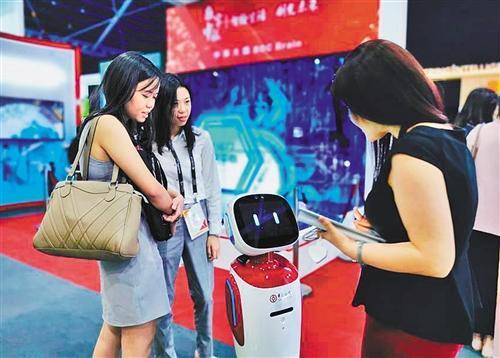 中国银行展区,参观者与中行的智能机器人对话。 本报记者 陈果静摄