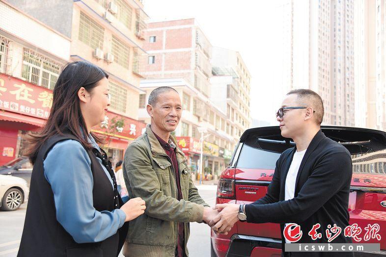11月15日,陈小林(中)和女儿陈璐(左)向车主吴四华送上赔偿金,被吴四华婉拒。 长沙晚报全媒体记者 刘琦 摄